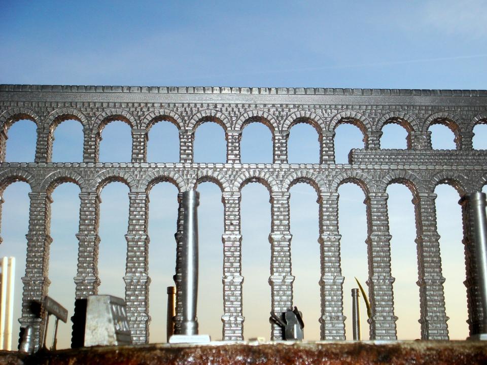 Vista frontal de la doble arcada sobre la plaza del Azoguejo (Maqueta 1:240)