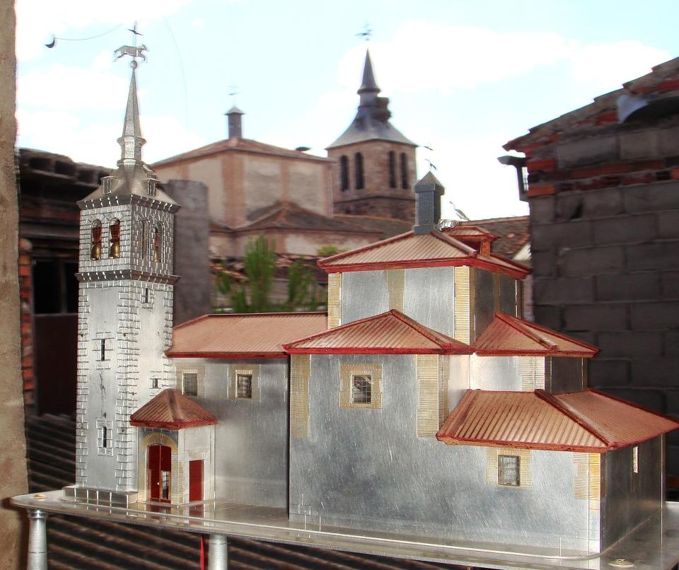 Maqueta en primer plano con la Iglesia real al fondo.